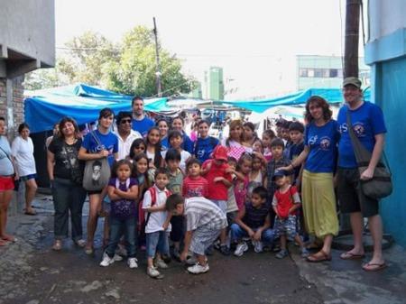 Voluntarios sin Fronteras en una de sus acciones en barrios carenciados. Este viernes, Feria de Comida Internacional. 31 de mayo 2013.