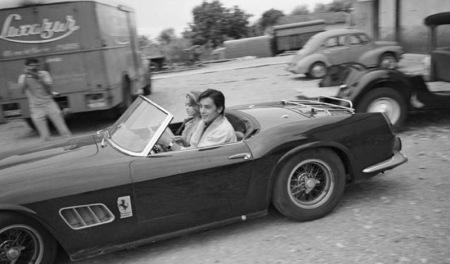Alain Delon lleva en su Ferrari a Jane Fonda, en Antibes, 40 años atrás.
