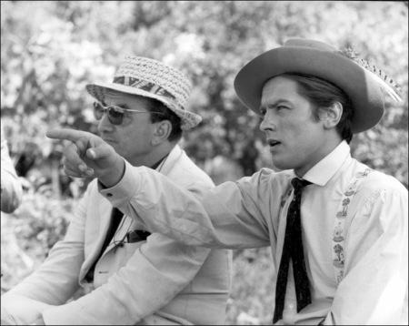 """Alain Delon (der.) con el gran Luchino Visconti durante la filmación de """"El Gatopardo"""""""