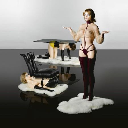 Modern Forniture. Allen Jones exhibe en Alemania y subasta una foto de Kate Moss en 45 mil dólares.