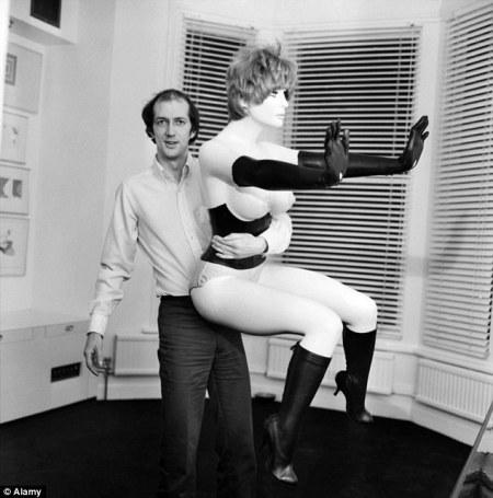 Allen Jones abrazado a una de sus muñecas-obras de arte fetichistas-bondage, hace años.