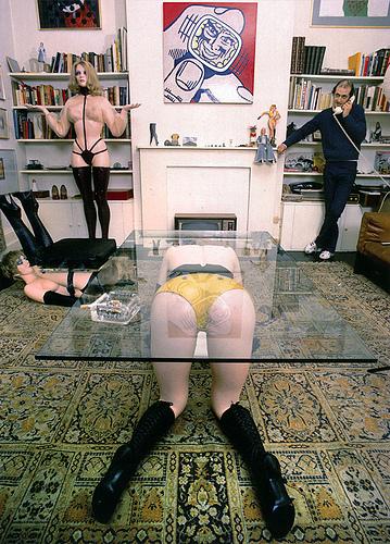 Allen Jones, en su casa, hace muchos años. Mesa-mujer en cuatro patas, dispuesta al sexo. O simplemente cuatro patas para una tabla de mesa.