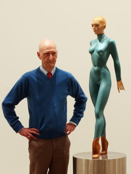 Allen Jones y una de sus obras, sus muñecas fetichistas, bondage y sadomaso con vestimenta de goma.