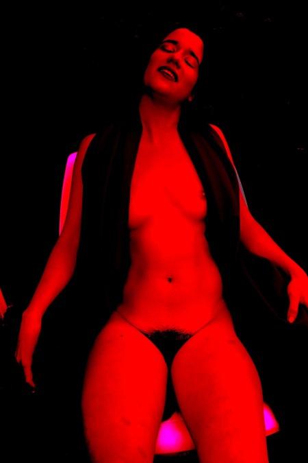 """Por Amílcar Moretti. """"Primavera roja al final del otoño"""". Jueves 18 de julio 2013. Argentina. Foto construida el último fin de semana en Buenos Aires, en loft hotel avenidas Santa Fe y Callao."""