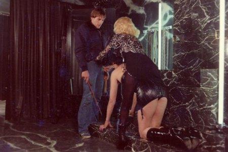 """Escena con Gerara Depardieu, en el filme """"Maitrtesse"""", de 1975, que diseño Alex Jones, una de cuyas fotos de obra con Kate Moss se vende ahora a 45 dólares."""
